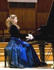 Младата, изключително талантлива българска пианистка Виктория Василенко, която се надяваме да бъде наш гост в Чикаго през 2010