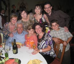 Фамилията, по време на тържеството по случай 40 години от сватбата. Отляво на дясно. Първи ред: Баркев, внучката Галя, Сузан - втората дъщеря и майка на Галя, внукът Алек – също син на Сузан. Втори ред: Лили, Джаки – голямата дъщеря, Лариса – снахата, Крис – синът на семейството на Лили и Баркев.