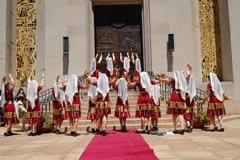 """Ансамбъл """"Суши"""" към Катедралата """"Свети Вартан"""" изпълни традиционни арменски танци по време на тържеството."""