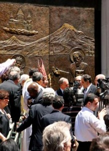 """Кметът на Ню Йорк, Майкъл Блумберг, поздравява по време на тържеството г-н Сетрак Агонян – притежател и ръководител на """"International Creative Metal"""", корпорацията където е изработена новата бронзова входна врата на Арменската Катедрала """"Свети Вартан""""."""
