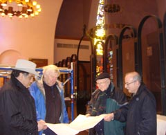 Г-н Сетрак Агонян с инж. Олаф Сут, г-н Антраник Мегерян – собственик на инженерна фирма и г-н Николас пред чертежите на бронзовата врата.
