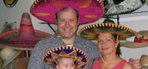 Джон, Деси и малката Яна-Мария по времето, когато живеят в Мексико