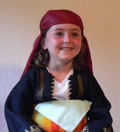 Яна-Мария Кийн, вече на цели 6 години, в българска национална носия