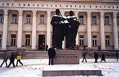 """Много за България научи Ендрю Джонсън и в Националната библиотека """"Кирил и Методий"""" в София, пред която си е направил и снимка за спомен"""