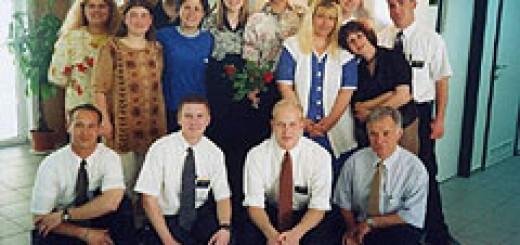 Сред приятели в България. Ендрю е в първия ред, вторият отляво