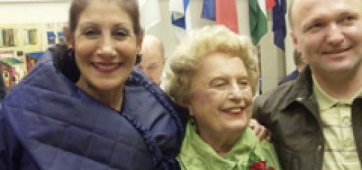 Мария Папас, която организира празника на своята сътрудничка по въпросите на емигрантските общности и медиите Пат Михалски, с юбиляра