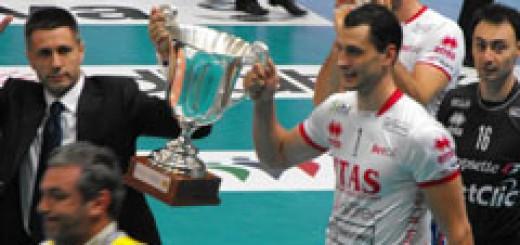 Българският треньор на Тренто Радостин Стойчев и капитанът Матей Казийски с купата на италиaнския им отбор - световен клубен шампион по волейбол!
