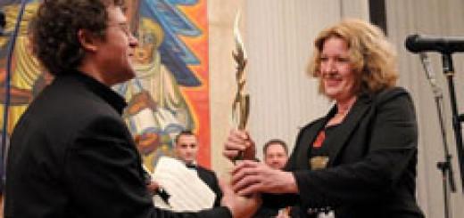 """Веско Ешкенази получава приза """"Музикант на годината 2010"""" от Калина Станчева - директор на """"Програма Хоризонт"""""""