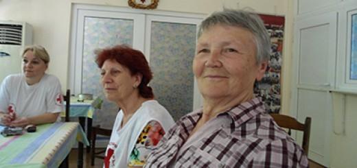 Раиса Синельникова, а другите до нея са домакините, запознали ни с месенето на хляб като терапия