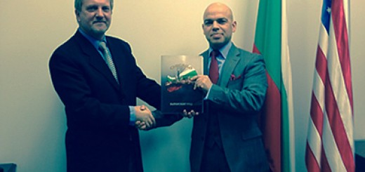 Генералният консул на Република България в Чикаго Симеон Стоилов и Изпълнителният директор на изданието и председател на Bulgarian-American Legacy Динко Динев