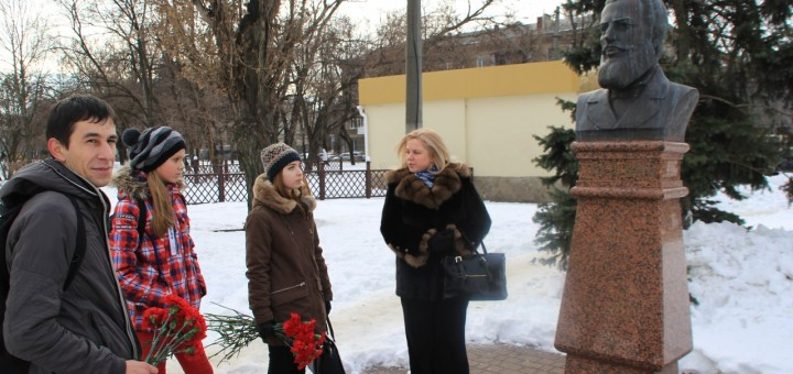 полагане на цветя пред паметника на Христо Ботев в Прохоровски сквер гр. Одеса